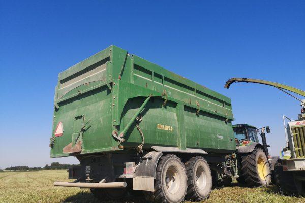 Didelės talpos puspriekabė silosui kukurūzams pjuvenoms